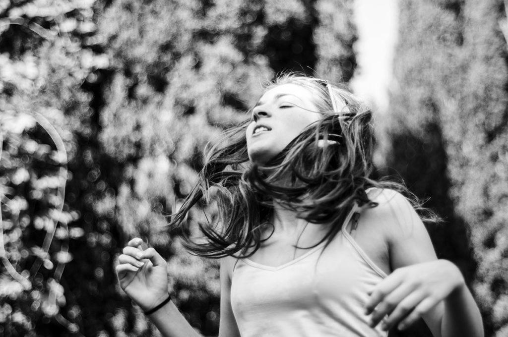 """""""10 years challenge"""" : mon évolution photographique. Portrait créatif en noir et blanc d'une ado."""