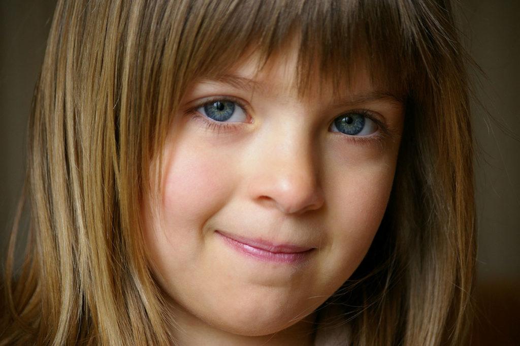 """""""10 years challenge"""" : mon évolution photographique. Portrait en couleur. Visage d'enfant en gros plan."""