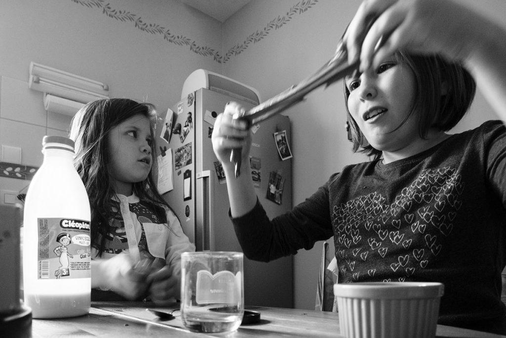 Comment se préparer pour son reportage du quotidien ? Reportage photo à domicile, activités manuelles. Photographie en noir et blanc.