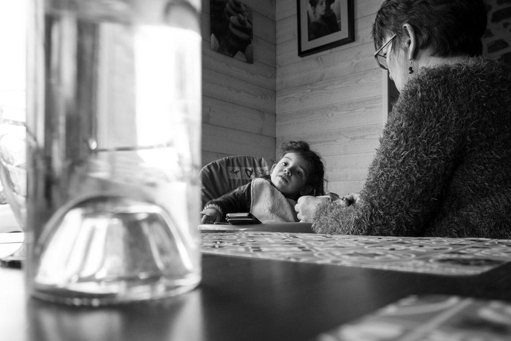 Comment se préparer pour son reportage du quotidien ? Reportage photo à domicile, le temps du repas. Photographie en noir et blanc.