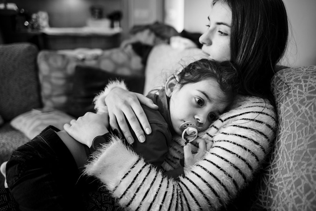 Comment vivre sa vie de famille au présent ? photographie en noir et blanc d'enfants partageant un moment de tendresse.