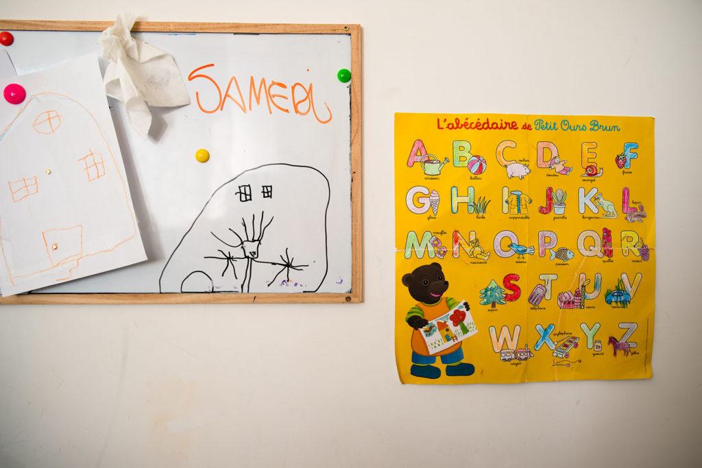 Reportage du quotidien près de Rennes. Photographie de dessins d'enfants.
