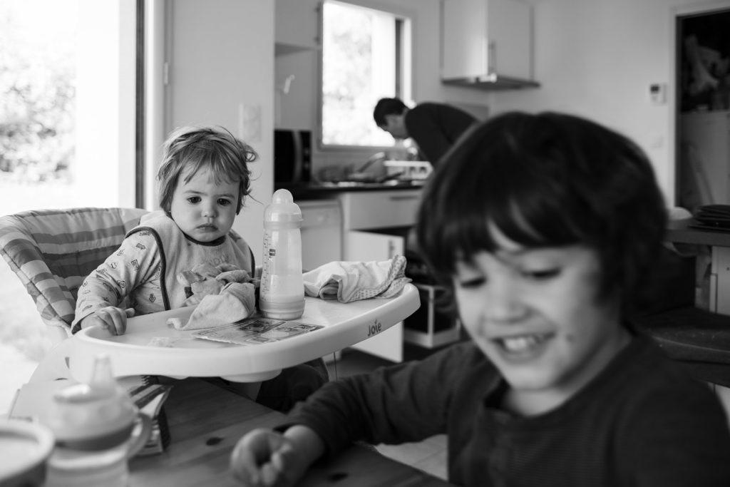 Reportage du quotidien près de Rennes. Photographie de moments de partage en famille.