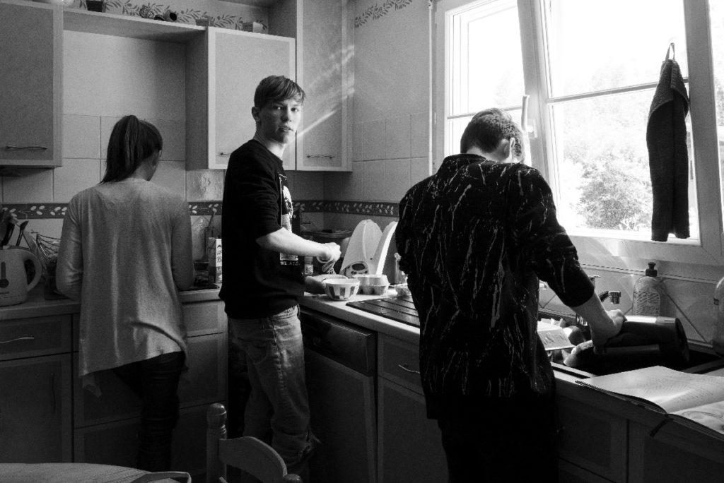 Le rapport des ados à la photographie. Photographie en noir et blanc d'adolescents en train de cuisiner.