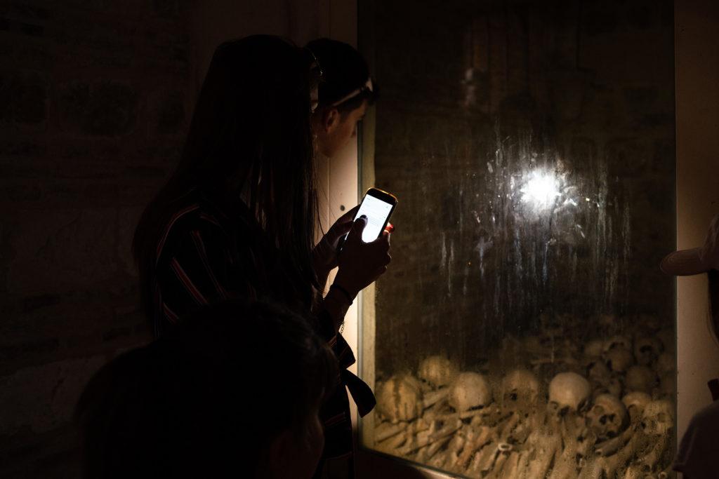 Mon projet photo 52 : bilan 6 semaines. Portrait en basse lumière dans des catacombes.