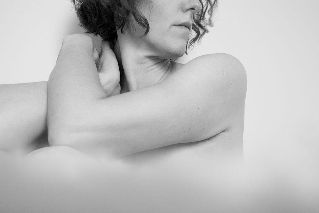 Pourquoi réaliser des autoportraits ? Photographie en noir et blanc, portrait de femme.