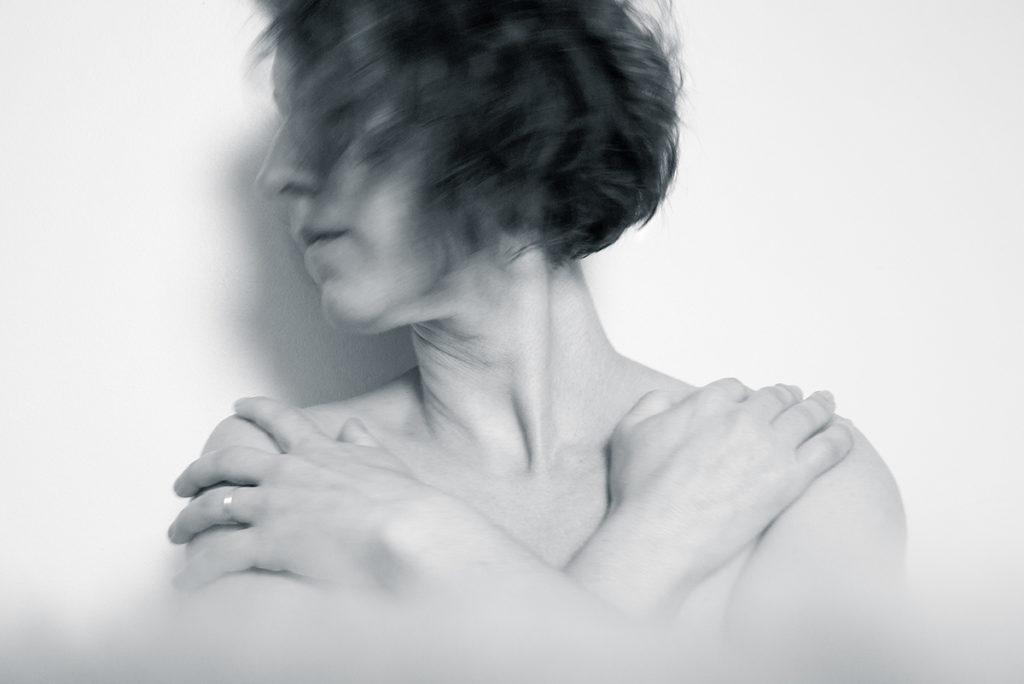 Pourquoi réaliser des autoportraits ? Photographie en noir et blanc, en pose lente. Portrait de femme.