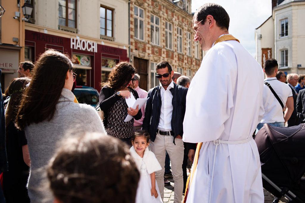 Reportage de baptême à La Ferté Bernard dans la Sarthe. Accueil devant l'église.
