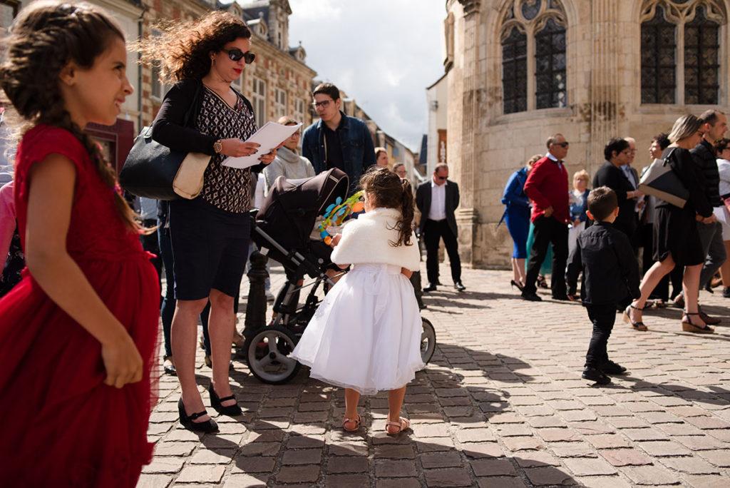 Reportage de baptême à La Ferté Bernard dans la Sarthe. La famille s'apprête à entrer dans l'église.