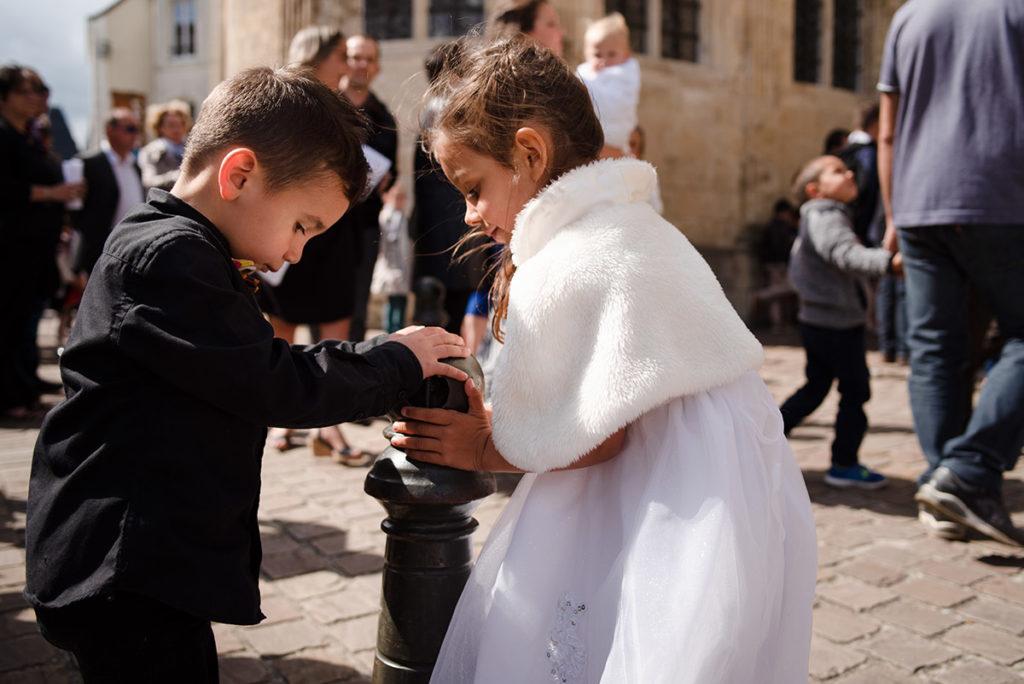 Reportage de baptême à La Ferté Bernard dans la Sarthe. Enfants qui jouent.
