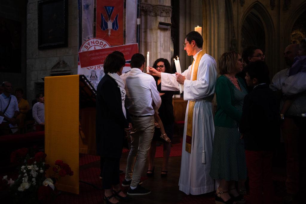 Reportage de baptême à La Ferté Bernard dans la Sarthe. Cérémonie de baptême, remise du cierge.