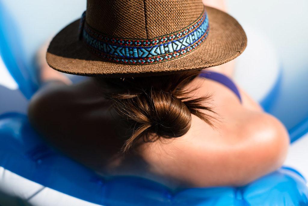 Faire du portrait en plein soleil. Portrait dans la piscine, de dos, détails.