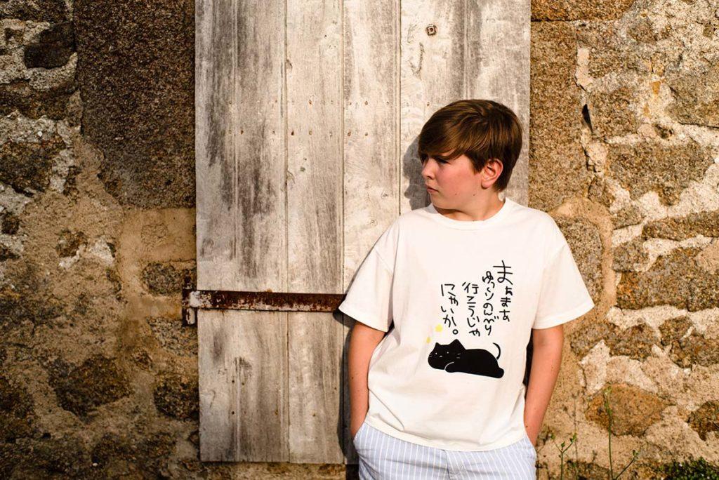 Une photo, une histoire #4. Portrait d'une jeune fille devant un mur, lumière chaude de fin de journée.