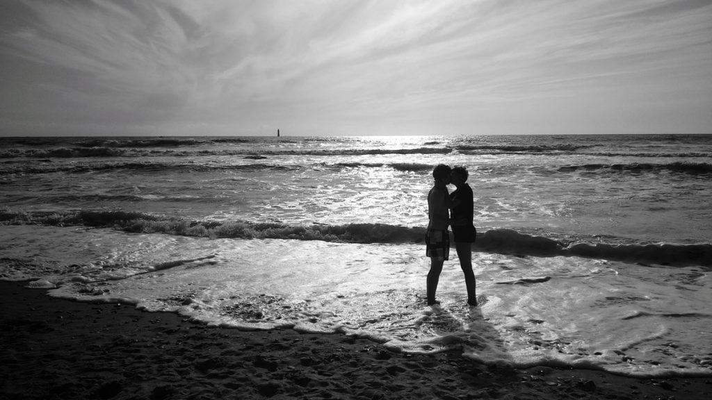 Photographe, apprendre à lâcher prise. Photographie en contre jour d'un couple que s'enlace. Noir et blanc.