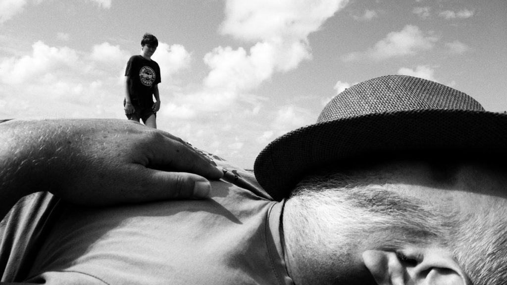 Photographe, apprendre à lâcher prise. Photographie humoristique en noir et blanc : au pays de Gulliver !
