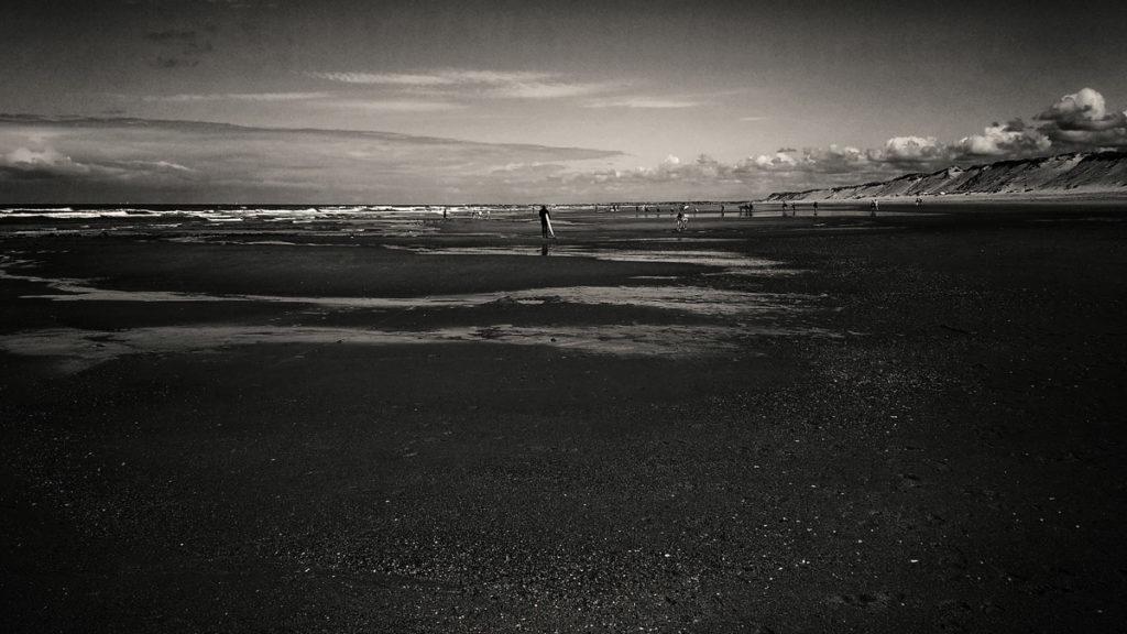 Photographe, apprendre à lâcher prise. Photographie en noir et blanc de la plage de Sauveterre aux Sables d'Olonnes.
