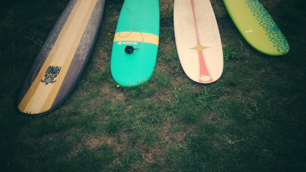 Photographe, apprendre à lâcher prise.Photographe, apprendre à lâcher prise.Planches de surf sur l'herbe.