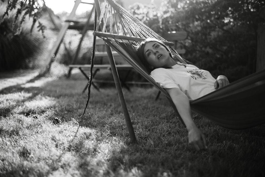 Mon projet photo 52 : qu'est-il devenu ? Portrait rêveur d'une jeune fille sur un hamac.