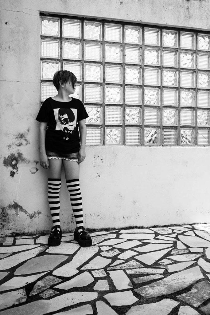 Mon projet photo 52 : qu'est-il devenu ? Photographie en noir et blanc d'une jeune fille au style manga.