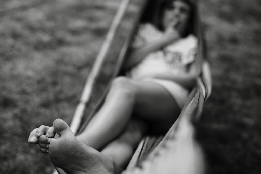 Mon projet photo 52 : qu'est-il devenu ? Photographie en noir et blanc en très faible profondeur de champ d'une jeune fille dans un hamac.