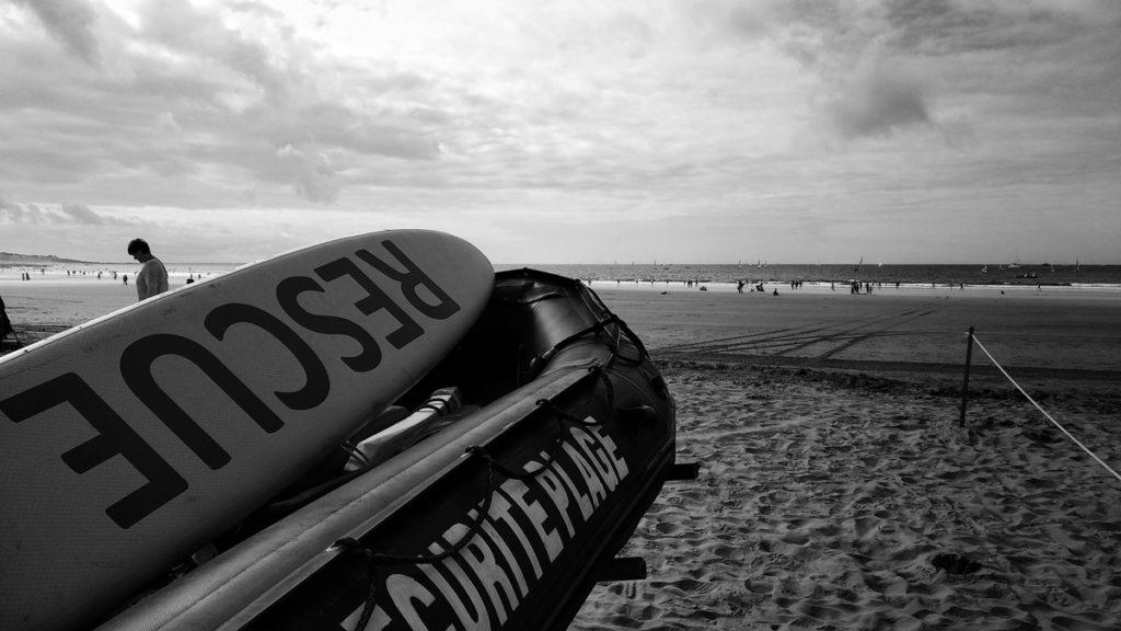 Photographe, apprendre à lâcher prise. Photographiée en noir et blanc du matériel des sauveteurs sur la grande plage des Sables d'Olonne.
