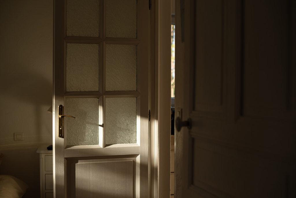 Et la lumière fut ! Soleil sur une porte.
