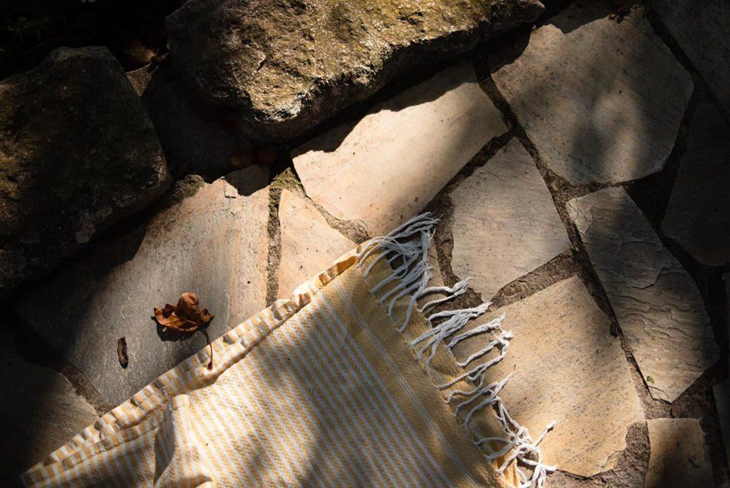 Et la lumière fut ! Lumière sur une serviette posée au sol.