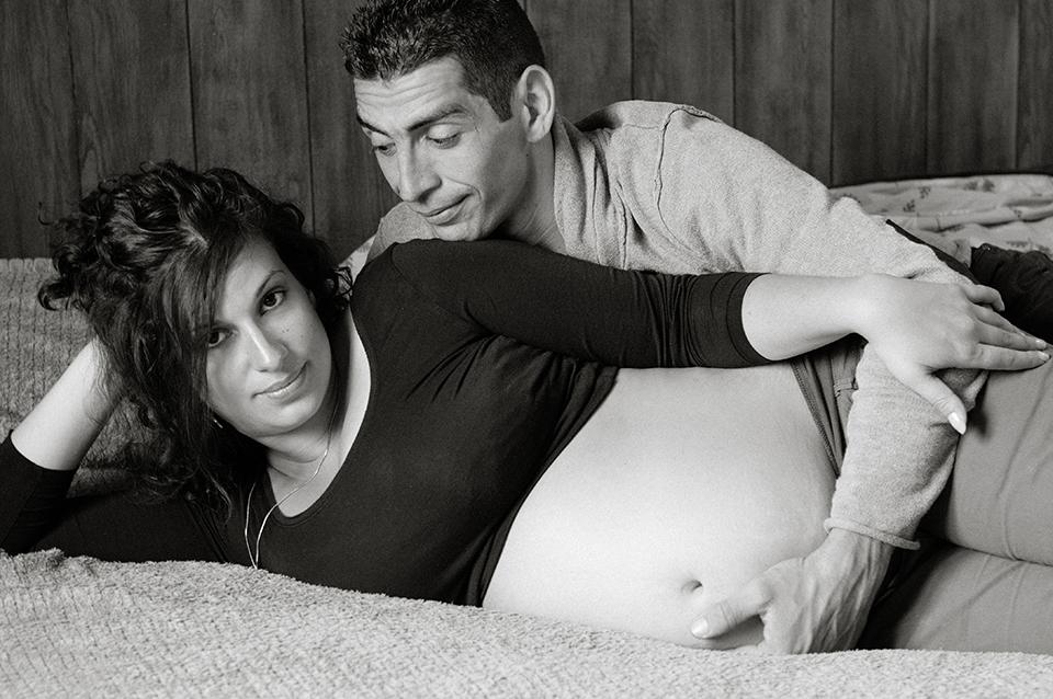 seance-grossesse-couple-noiretblanc