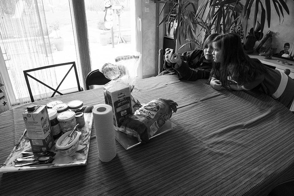 Pourquoi choisir un reportage du quotidien ? Photographie de famille en noir et blanc. Souvenirs d'enfance, moment de partage!;
