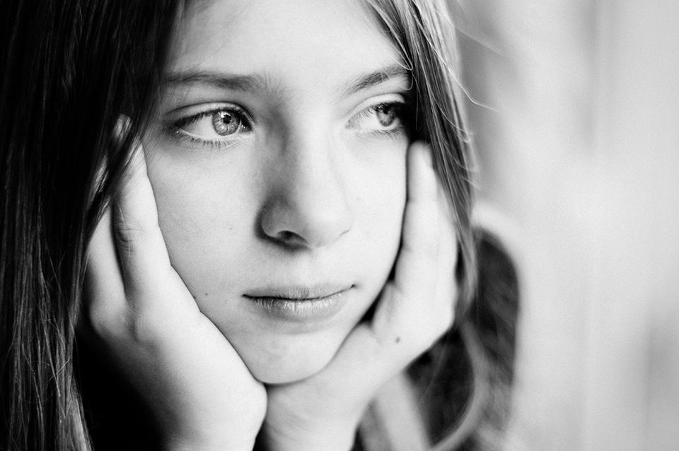 Vers le reportage du quotidien : comprendre ma démarche photographique. Portrait noir et blanc.