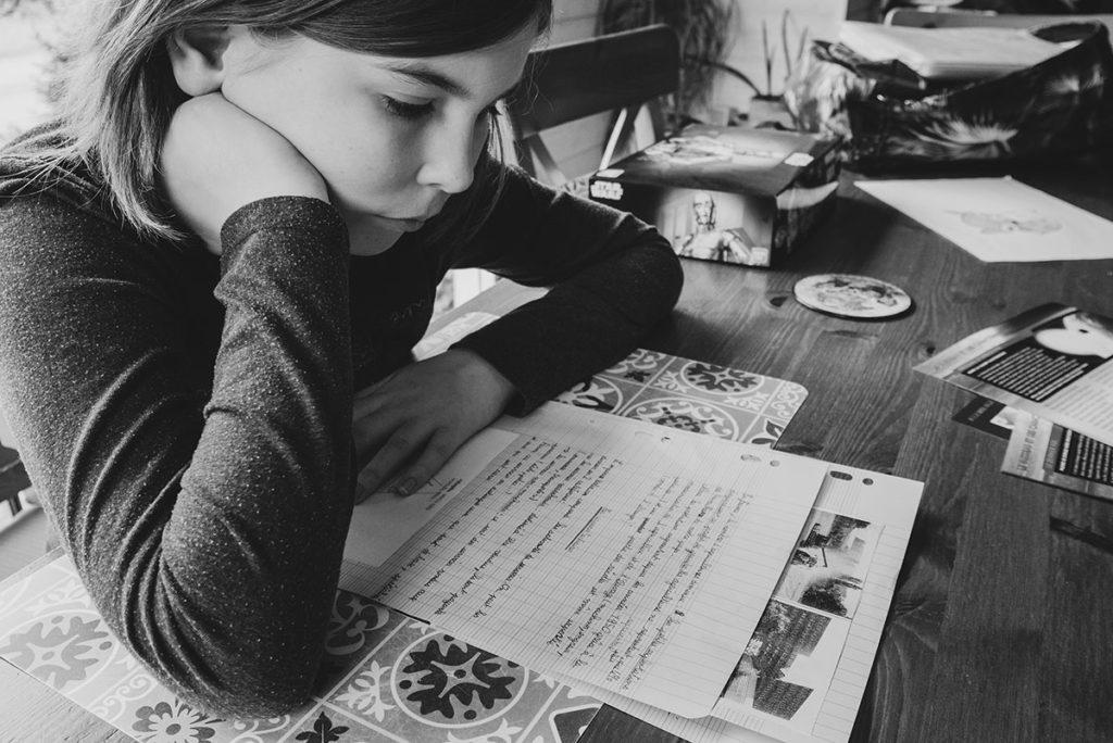 Comment se préparer pour son reportage du quotidien ? Reportage photo à domicile, le temps des devoirs. Photographie en noir et blanc.