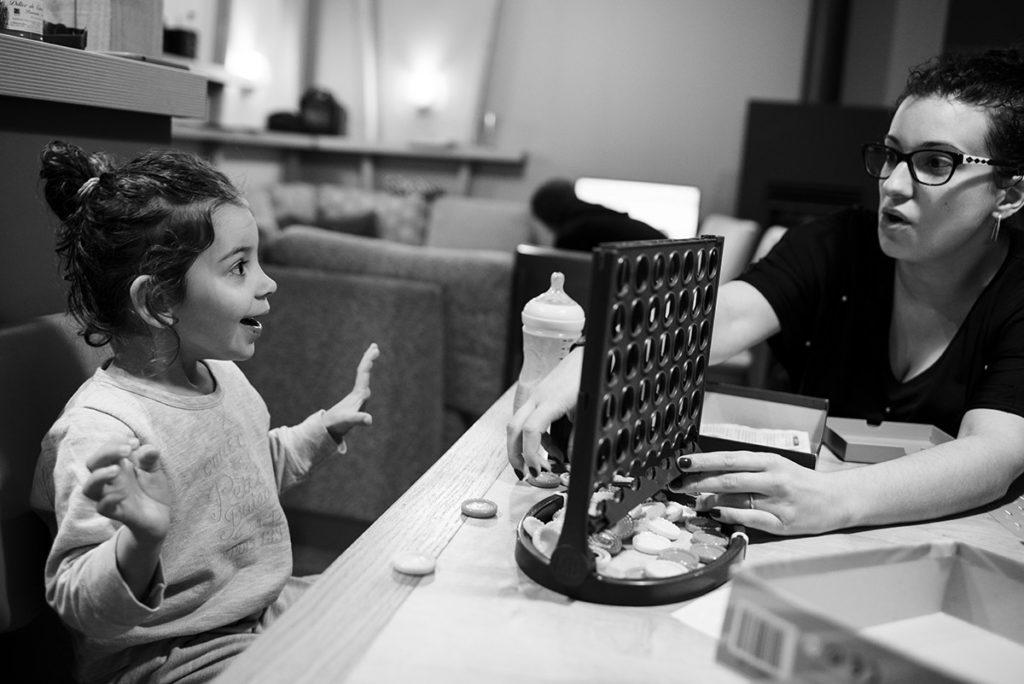 Comment se préparer pour son reportage du quotidien ? Partager des activités ensemble permet de resserrer les liens. Photographie en noir et blanc.