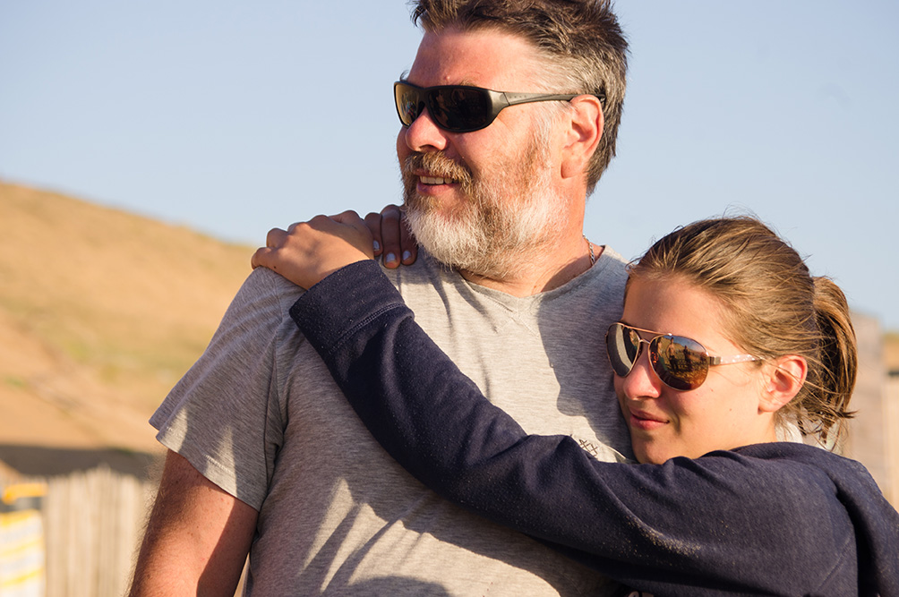 Comment vivre sa vie de famille au présent ? Photographie en couleur d'un père et sa fille partageant un moment de tendresse.