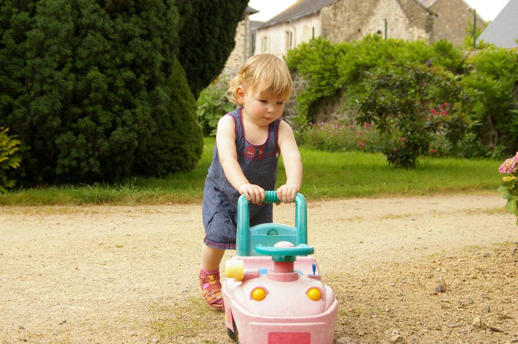 """""""10 years challenge"""" : mon évolution photographique. Portrait souvenir d'une enfant en train de jouer dehors."""