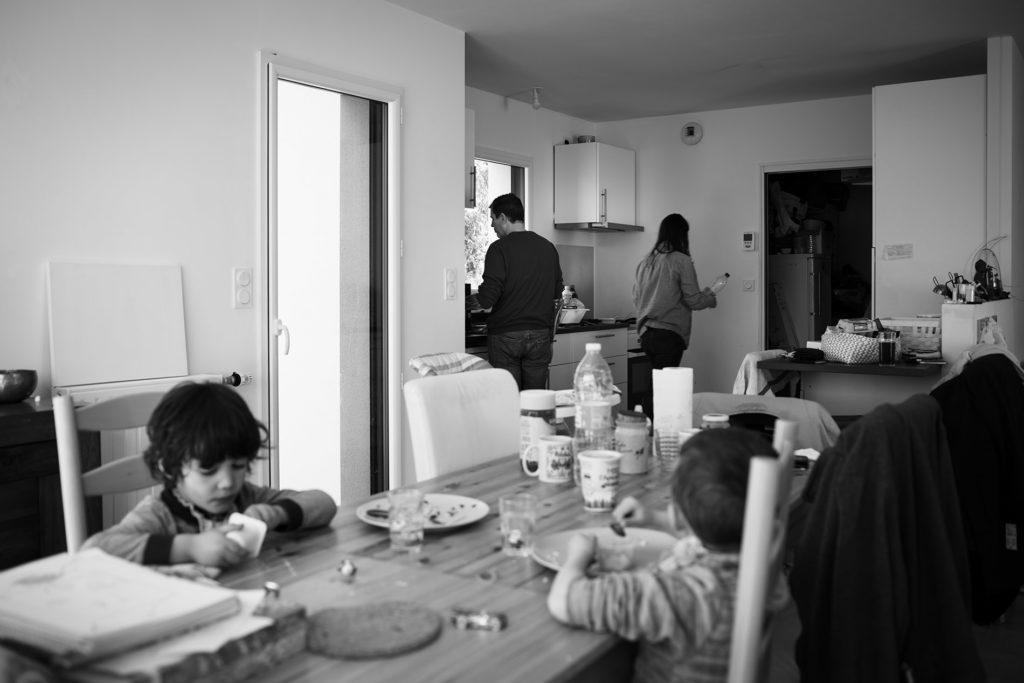 Reportage du quotidien près de Rennes. Photographie noir et blanc d'une repas en famille.