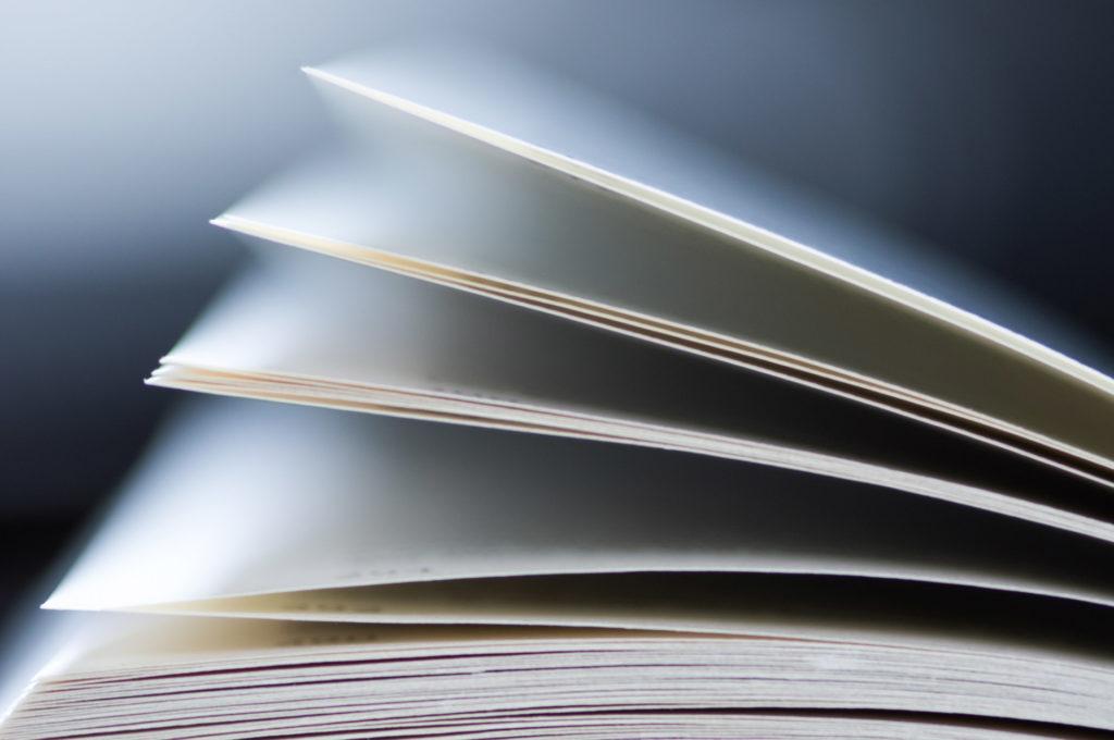Ecrire et photographier : l'art de raconter des histoires. Photographie d'un livre ouvert.