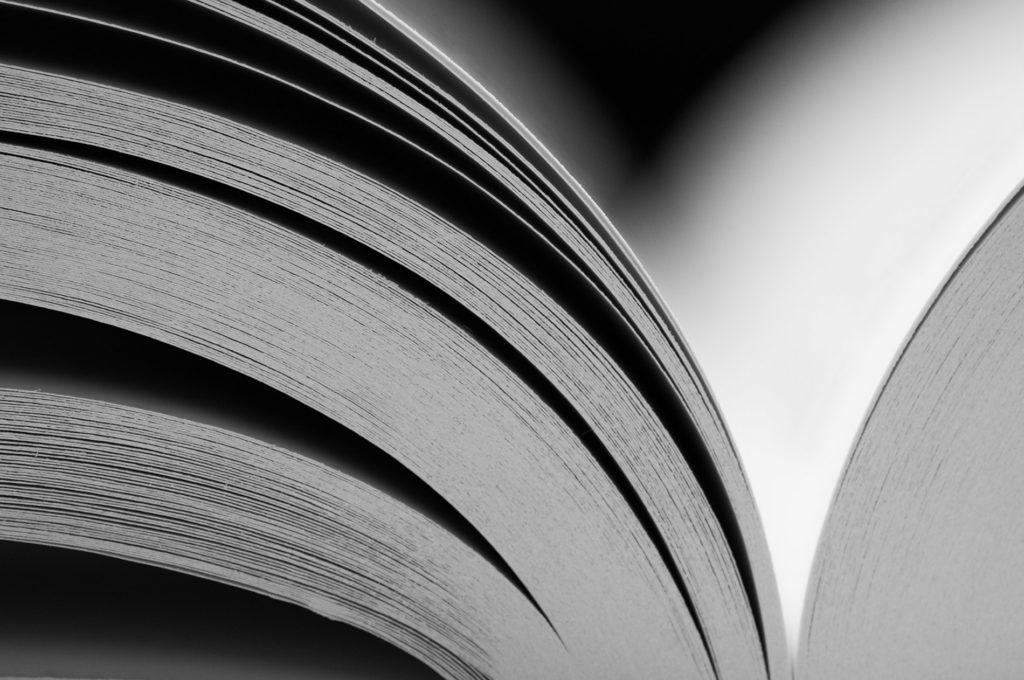 Ecrire et photographier : l'art de raconter des histoires. Photographie en noir et blanc d'un livre ouvert.