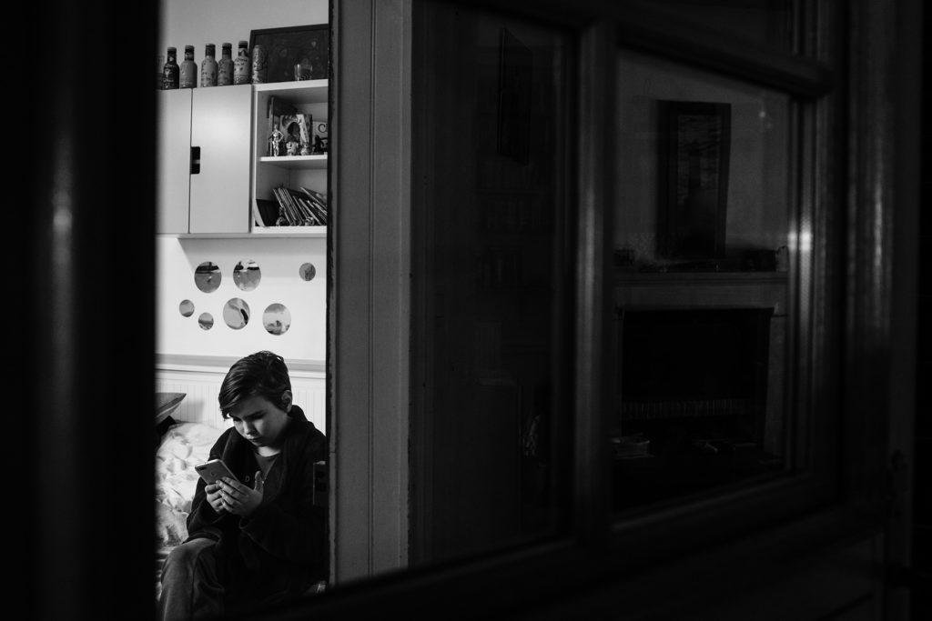 Mon projet photo 52 : bilan 6 semaines. Portrait en noir et blanc d'une ado dans sa chambre.