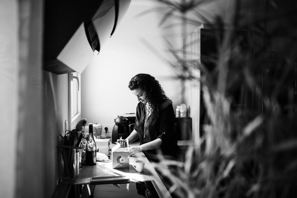 Mon projet photo 52 : bilan 6 semaines. Portrait en noir et blanc d'une jeune femme dans sa cuisine.