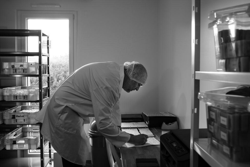 Reportage artisan en Mayenne avec Sacé Nature. Partie 1. Photographie en noir et blanc d'un artisan à son buraeu.