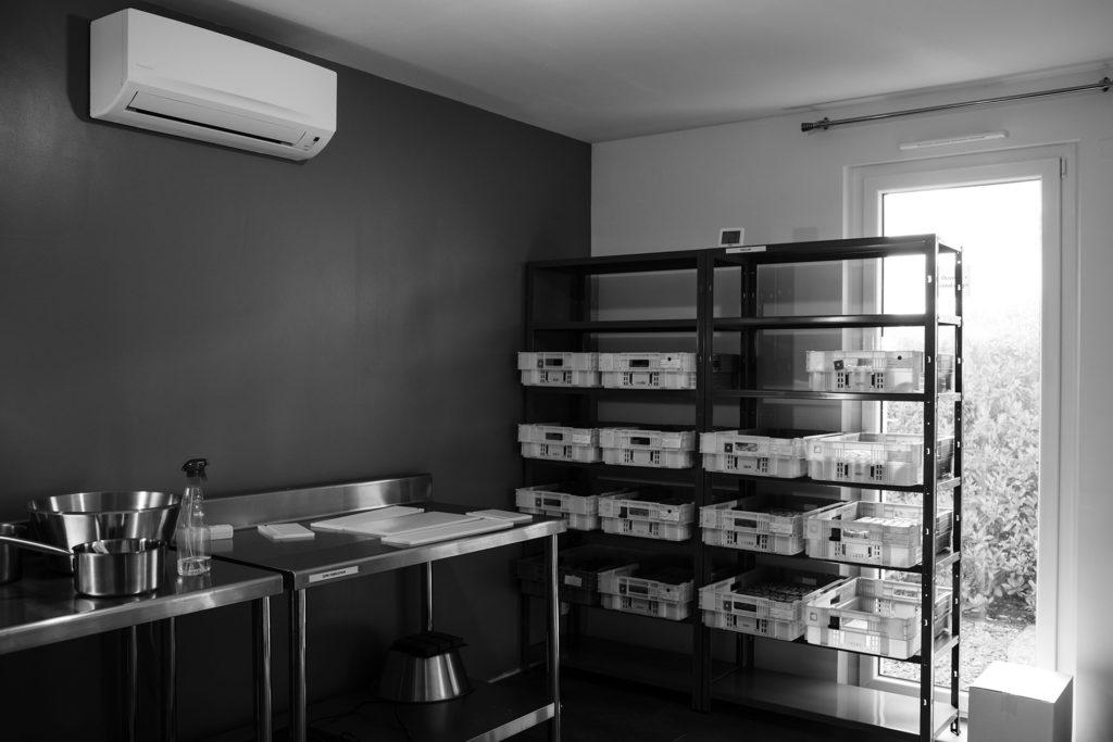 Reportage artisan en Mayenne avec Sacé Nature. Partie 1. Photographie du laboratoire d'un artisan savonnier.