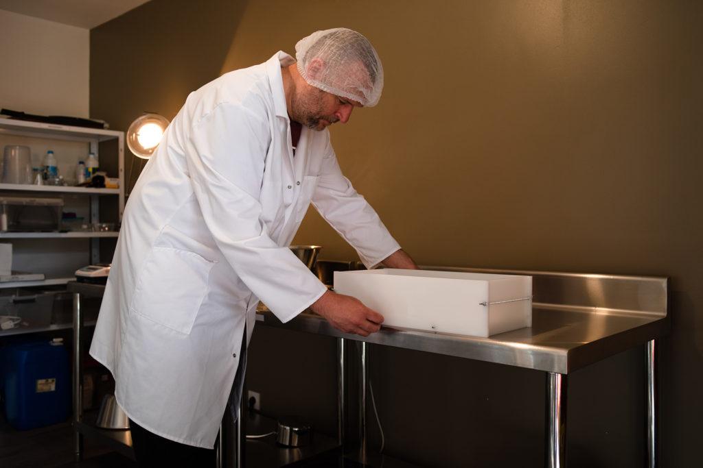 Reportage artisan en Mayenne avec Sacé Nature. Partie 1. Photographie d'un artisan savonnier, montage du moule.