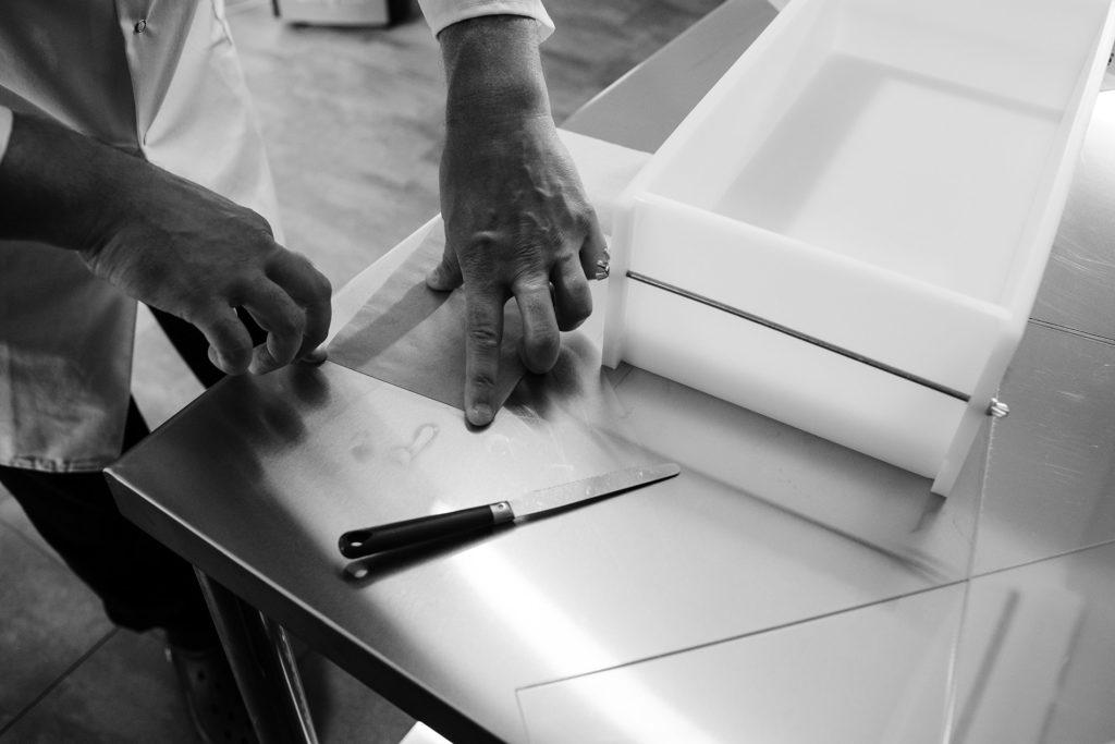 Reportage artisan en Mayenne avec Sacé Nature. Partie 1. Photographie de fabrication de savon artisanal, chemisage du moule.