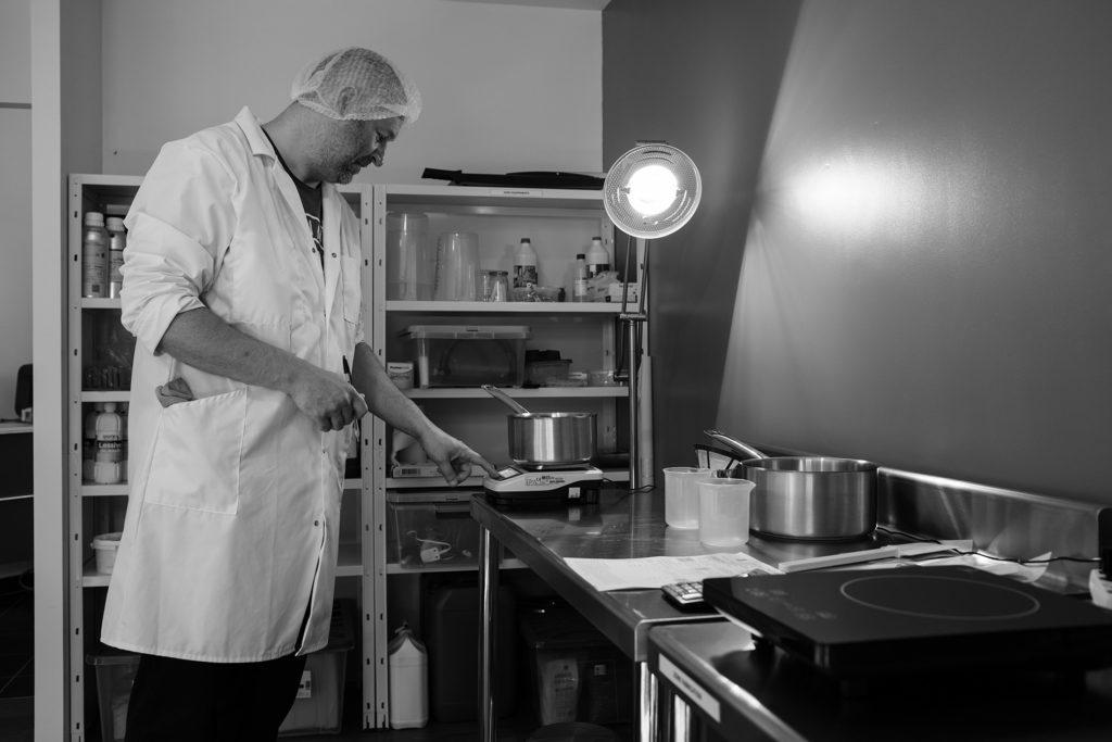 Reportage artisan en Mayenne avec Sacé Nature. Partie 1. Reportage artisan savonnier, préparation de savon.