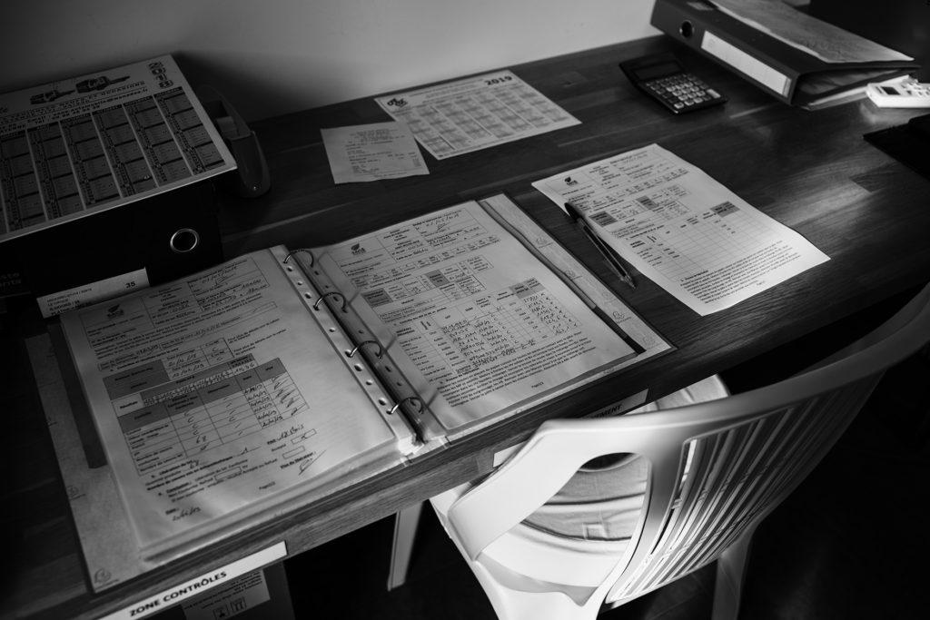 Reportage artisan en Mayenne avec Sacé Nature. Partie 1. Photographie en noir et blanc d'un bureau d'entreprise.