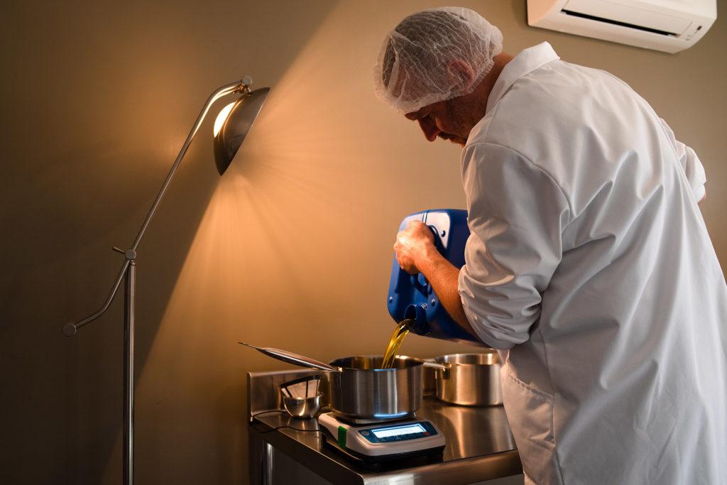 Reportage artisan en Mayenne avec Sacé Nature. Partie 1. Artisan savonnier, pesée de l'huile.