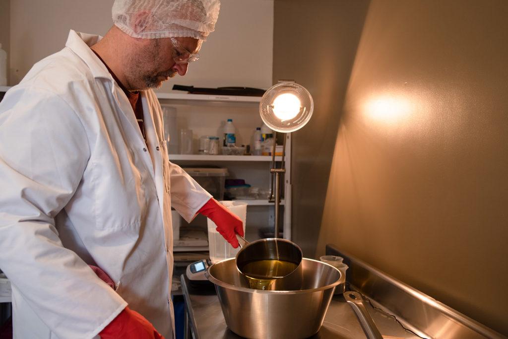 Reportage artisan en Mayenne avec Sacé Nature. Partie 1. Reportage chez un artisan savonnier, préparation de savon.