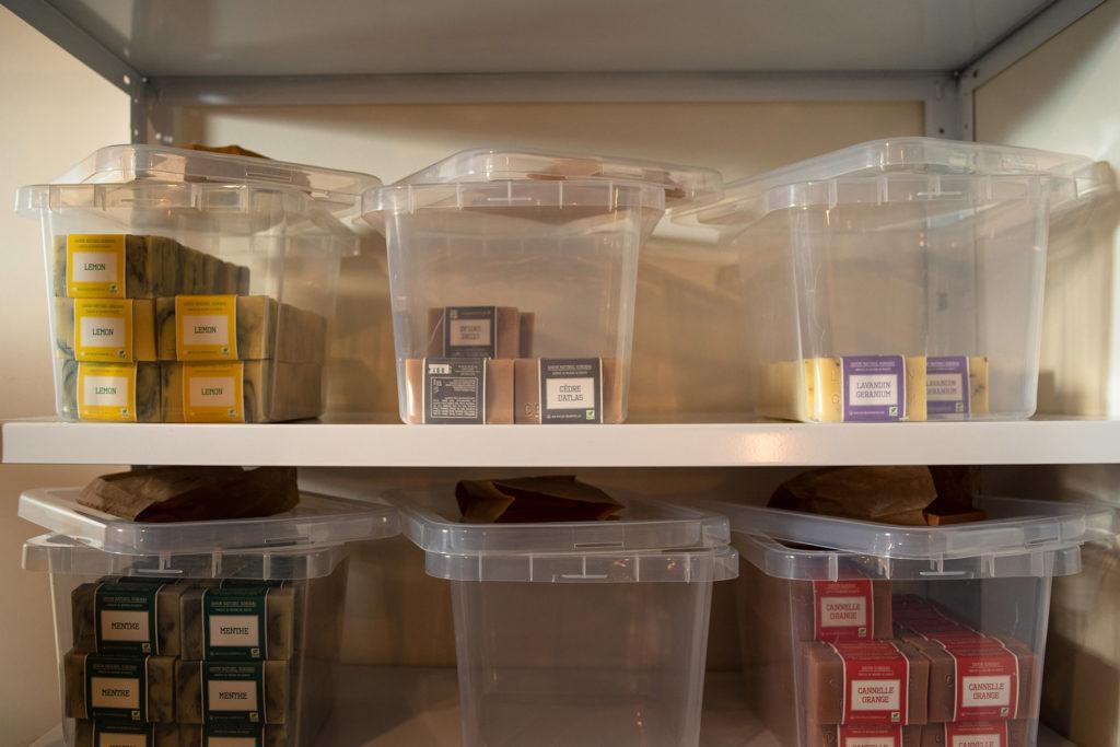 Reportage artisan en Mayenne avec Sacé Nature. Partie 1. Photographie de savons naturels dans des boites.
