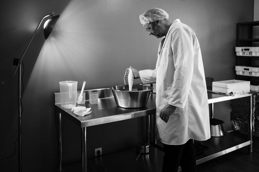Reportage artisan en Mayenne avec Sacé Nature. Partie 1. Préparation de savon par un artisan savonnier.