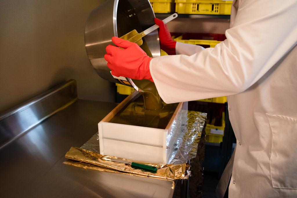Reportage artisan en Mayenne avec Sacé Nature. Partie 1. Préparation de savon par un artisan savonnier, la pâte est versée dans le moule.